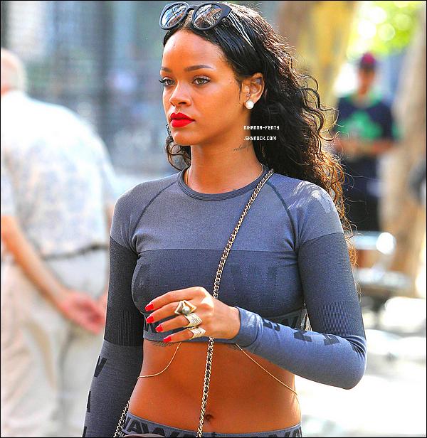 _ 07/09/2014 : Rihanna Fenty s'est rendue au restaurant « Da Silvano » à New York. Qu'en pense tu de sa tenue?