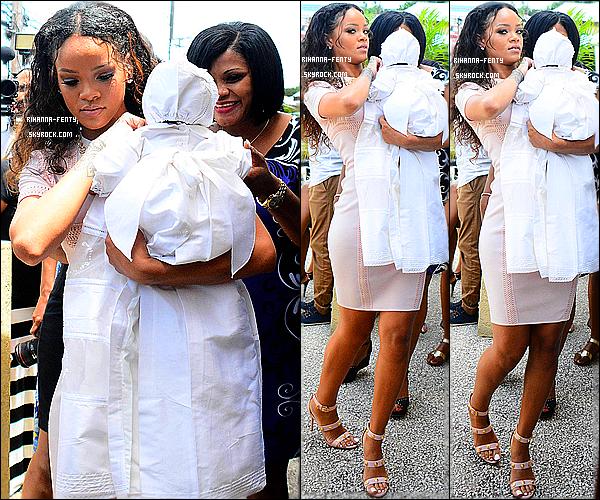 _ 14 Sept 2014 - Rihanna a été aperçue lors d'une soirée, la famille célébrait le baptèmbe de Majesti.