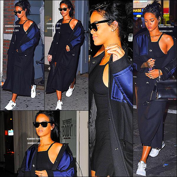_ 23/09/2014 : Rihanna toute souriante, a été photographié alors qu'elle quittait un appartement à New York. Flop.