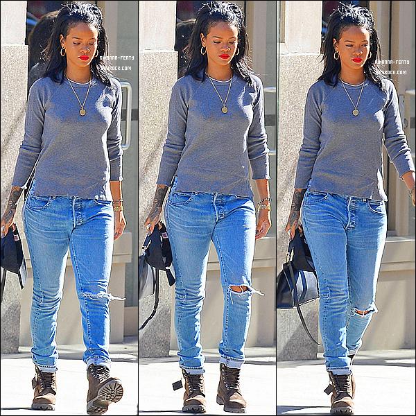 _ 27/09/2014 : Rihanna F. a été vue dans les rues de New York.  elle se rendait à l'aéroport afin de quitter la ville.