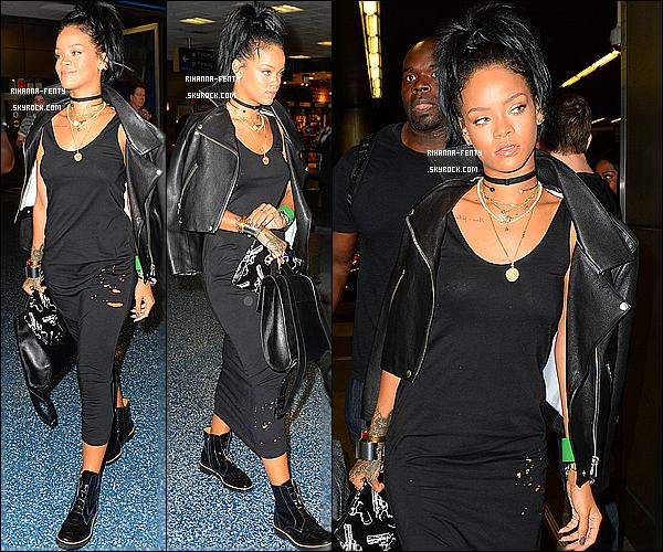 _ 09/10/2014 :  Rihanna Fenty à quitté Miami, elle a été aperçue à l'aéroport de Miami. - Qu'en pense-tu de la tenue?02/10/2014 : Rihanna très fatiguer, a été aperçue alors qu'elle quittait son appartement à New-York. Top or flop ?