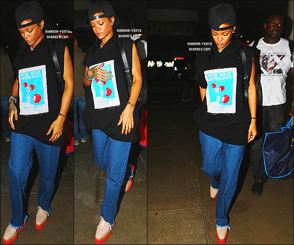 _ 16/10/2014 : Rihanna a été aperçue alors qu'elle arrivait à un hôtel à Los Angeles. Qu'en pense-tu de sa tenue?16/10/2014 : Rihanna prend un vol à l'aéroport « LAX » à Los Angeles. - Plutôt top or flop la tenue de Rihanna ?