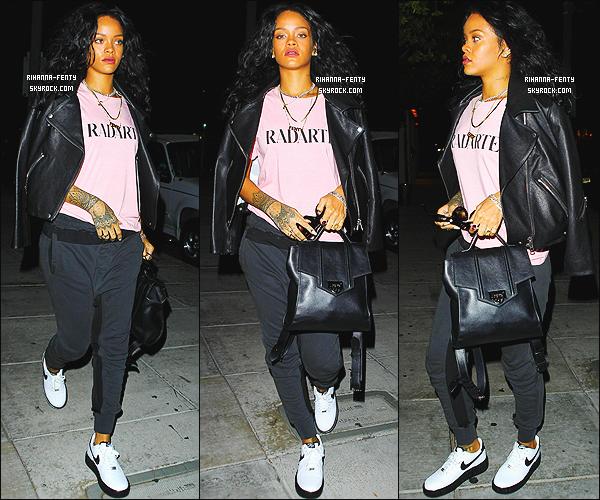 27/10/2014 : Rihanna s'est rendue dans l'établissement « Matsuhisa » à Los Angeles pour manger japonais.  Que pensez-vous de la tenue de notre chère Rihanna ? c'est un TOP ou bien FLOP. N'hésitez pas à me faire parvenir vos avis.