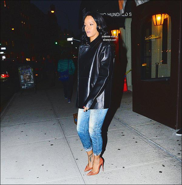 _ 07/11/2014 : Rihanna s'est rendue dîner au restaurant « Sant Ambroeus » à New York en compagnie de Naomi Campbell. Rappelons que les deux stars ont déjà collaboré lors d'un shoot pour « W » il y a quelques mois ça..