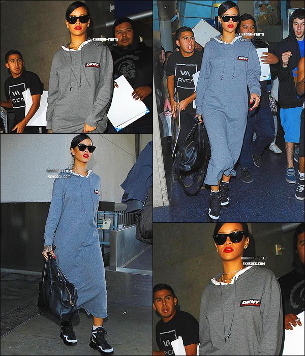 14/11/14 : Rihanna est déjà de retour, elle a été aperçue par les paparazzis à l'aéroport « LAX» à Los Angeles.  - Que pensez-vous de la tenue de notre chère Rihanna ? c'est un TOP ou bien FLOP. N'hésitez pas à me faire parvenir vos avis.