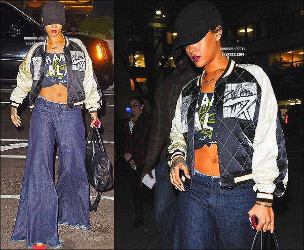 24/11/2014 : Rihanna est de retour aux Etats-Unis où les paparazzis l'ont aperçue dans les rues new-yorkaises. Alors qu'en pensez-vous de la tenue de notre chère Rihanna F ? c'est un TOP ou bien FLOP. N'hésitez pas à me faire parvenir vos avis..