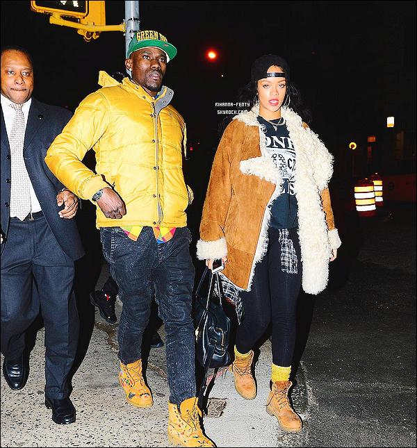 28/11/2014 : Rihanna est sortie dîner dans le quartier Tribeca dans l'arrondissement de Manhattan à New York.  Rihanna est parti fêter l'anniversaire de Bang Bang, son tatoueur préféré. Que pensez-vous de la tenue de notre chère Rihanna ?