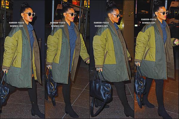 04/12/2014 : Rihanna été vue alors qu'elle se rendez encore une fois en studio d'enregistrement à New York.   Que pensez-vous de la tenue de notre Rihanna ? c'est un TOP ou bien FLOP. N'hésitez surtout pas à me faire parvenir vos avis.