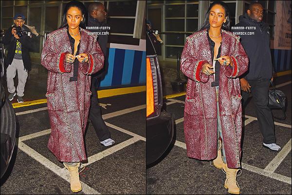 22/12/2014 : Rihanna F. a été photographié dans les rues de New York, toujours avec sa meilleure amie Melissa.   Que pensez-vous de la tenue de notre Rihanna ? c'est un TOP ou bien FLOP. N'hésitez surtout pas à me faire parvenir vos avis.