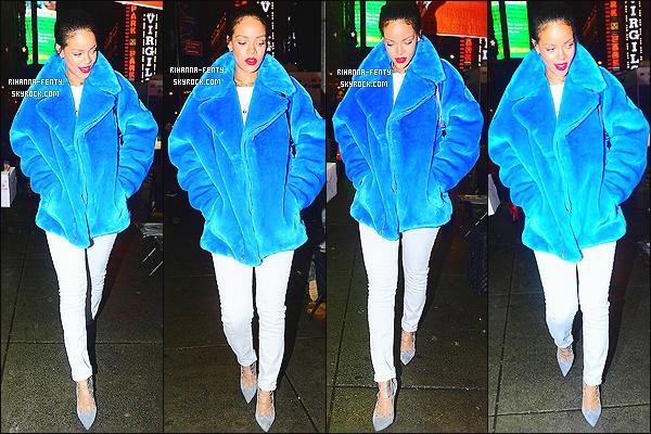 23/12/2014 : Rihanna  F. a été photographié dans les rues de New York accompagné sa meilleure amie Melissa.   Que pensez-vous de la tenue de notre Rihanna ? c'est un TOP ou bien FLOP. N'hésitez surtout pas à me faire parvenir vos avis.