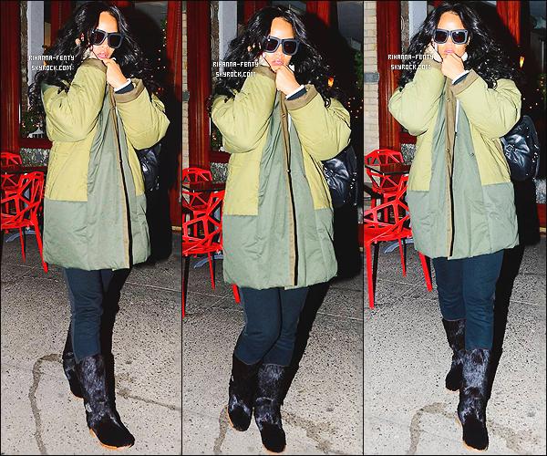 08/01/2015 : Rihanna a été photographiée alors qu'elle était dans les rues de New York avec sa copine Melissa.   Que pensez-vous de la tenue de notre Rihanna ? c'est un TOP ou bien FLOP. N'hésitez surtout pas à me faire parvenir vos avis.