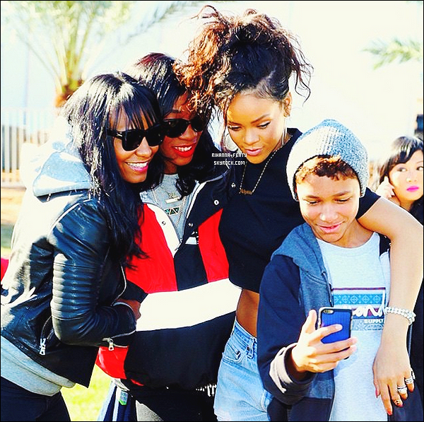 _ 01/02/2015 -  Rihanna F, entourée de ses amies, était dans les gradins du Stadium de Glendale ( Arizona ) . Elle a assister à la finale du Superbowl et aussi pour voir performer sa copine Katy Perry. N'hésitez pas à me faire parvenir vos avis.