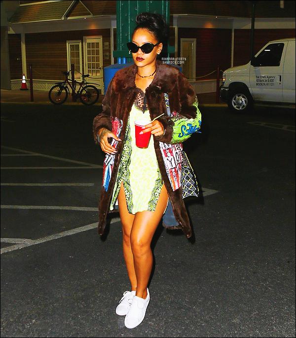'  19/03/2015 - Notre chanteuse, Rihanna s'est rendue dans un studio d'enregistrement à New York. Top ou Flop ?  '