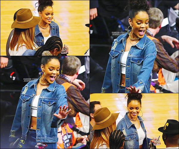 _ 15/02/2015 - Rihanna Fenty et sa meilleure amie Melissa se sont rendues au « NBA All-Star Game » à New York.Que pensez-vous de sa tenue a Rihanna ? c'est plutôt un TOP ou bien FLOP. N'hésitez surtout pas à me faire parvenir vos avis.