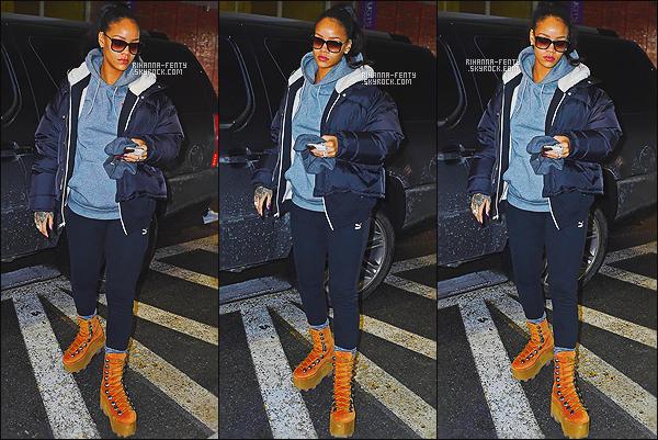 _ 17/02/2015 - Rihanna F. a été aperçue alors qu'elle quittait son cabinet dentaire à New York. Qu'en pensez-vous ?