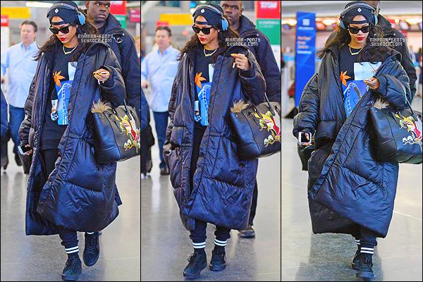 _ 06/03/2015 - Rihanna F. a été photographié alors qu'elle se trouvait a l'aéroport de Charles de Gaulle Etoile - Paris