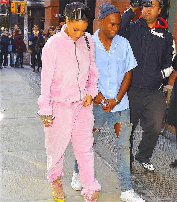 _ 13/03/2015 - Rihanna Fenty a été photographié alors qu'elle quittait son hôtel Mandarin à New York. Top or Flop?