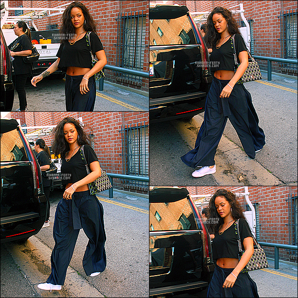 '  27/03/2015 - Miss Rihanna à été aperçue, seule, dans les rues de Los Angeles. Top ou flop sa tenue ?  '