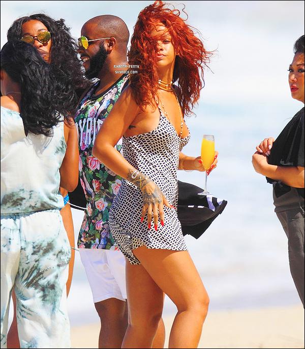 _ 19/04/2015 : Rihanna F. prend du bon temps avec ses amies sur la plage à Hawai. Qu'en pensez vous de sa tenue?