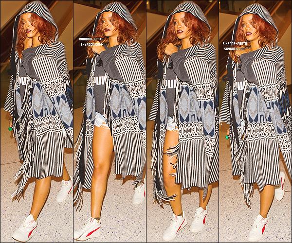_ 28/04/2015 : Rihanna a quitté Hawai, elle a été aperçue très bronzée à l'aéroport « LAX » à Los Angeles. - Top ?