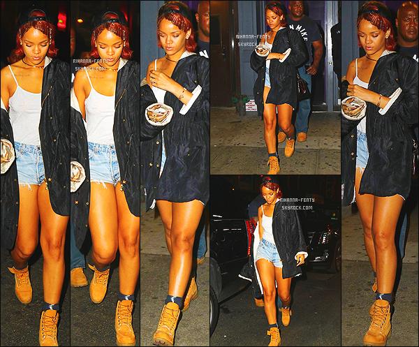 _ 07/05/2015 : Rihanna F. a été photographié dans la nuit, arrive à un studio d'enregistrement toujours à New York.