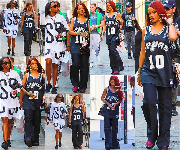 _ 10/05/2015 : Rihanna a été photographié, se rendant au bowling  « Lucky Strike » à New York City avec ses amies.
