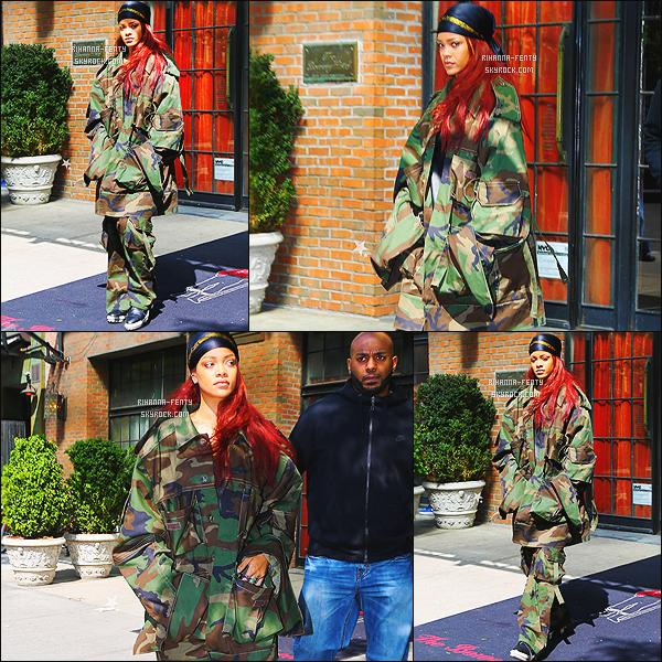 _ 15/05/15 : Rihanna a été vue, dans les rues de New York. - Qu'en pensez vous de sa tenue et couleur de cheveux?