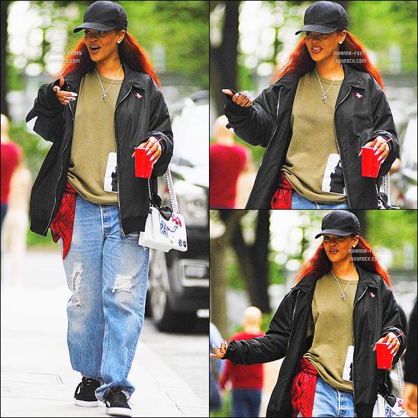 _ 18/05/2015 : Rihanna a été photographié arrivant, chez son dentiste à New York City pour une visite de routine.