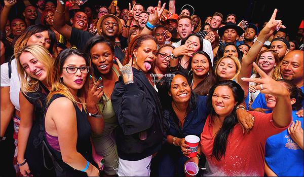 _ 01/07/15 - Rihanna était présente au meeting privé organisé par  «Tidal» à Los Angeles pour la sortie de BBHMM.80 fans ont été conviés à assister à la diffusion en avant-première du nouveau clip de Riri « Bitch Better Have My Money » .