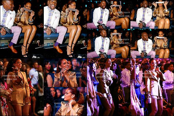 - 28/06/15 - Rihanna s'est bien évidemment rendu à la cérémonie des «BET Awards 2015». TOP ou bien FLOP ? Clairement la belle a visiblement l'air de s'amuser, elle a posé avec plusieurs célébrités et à même droit de faire un speech sur la scène.-