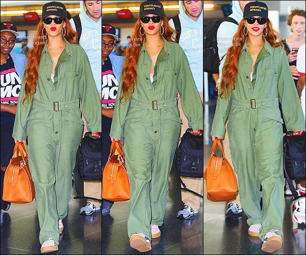 _ 06/07/15 - Rihanna a été vue avec Melissa et son chien Pepe, quittant Los Angeles pour se rendre à New York.