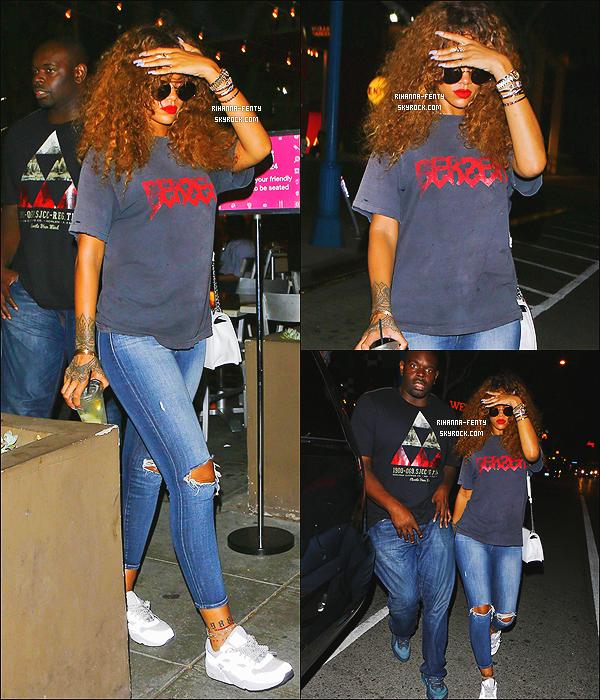 _ 17/08/15 - Rihanna a été vue dans les rues de Malibu. Top ou Flop?  N'hésitez pas à me faire parvenir vos avis.