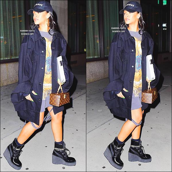_ 19/09/2016  - Rihanna a été photographiée alors qu'elle se rendait à un rendez-vous avec Gary Ross à New York.