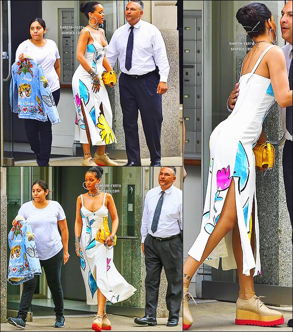 ' 31/05/16 - Rihanna a été vue quittant son appartement à NY. Elle est également aller ce promener dans la ville. Elle était vêtue d'une robe « Adam Selman », portait ses toutes dernière lunettes Dior et ses chaussures Stella McCartney. J'aime bien, un top ! '