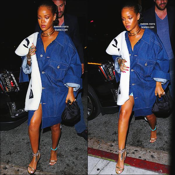 ' 11/06/16 - Rihanna, toujours aussi belle, a été vue alors qu'elle se rendait au restaurant « Nobu » à Los Angeles Elle était vêtue d'une veste en jean signée « Balenciaga », portait des chaussures de  Tom Ford. J'aime pas du tout, un flop Qu'en pensez-vous ? '