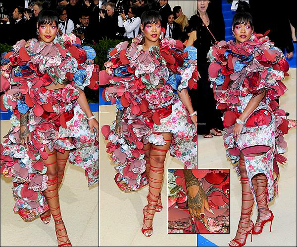 •  Rihanna assistait le deux mai dernier  au «  Met Gala  »   2017 qui se déroulait à New York ! Le thème de cette année était « Comme des Garçons »                                           Rih était une des rares personnes à s'être pliée vestimentaire.