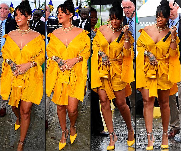 ' 30/11/2017 - Miss Riri à été photographiée allant inauguré le changement de nom d'une des rues de la Barbade.  Qui s'appelle a présent Rihanna Drive. Et en plus, Le même jour de l'indépendance de la Barbarde. La belle était avec sa famille et avec le premier ministre. Top or Flop? '