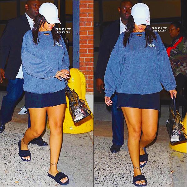 _ 22/10/2017  - Rihanna a été aperçue quittant le studio d'enregistrement à « Electric Lady Studios » à New York.