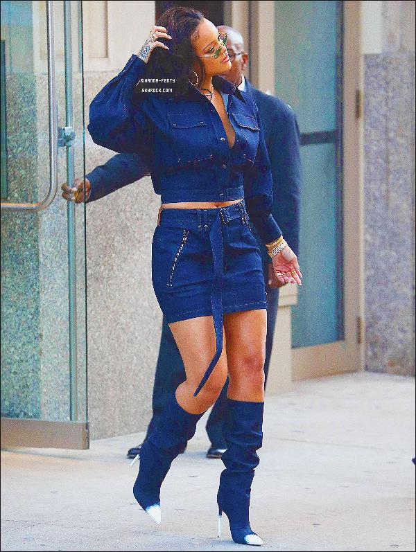 _ 13/10/2017  - Rihanna a été aperçue allant à la boutique Bloomingdale's à New York. Top or Flop pour la tenue?