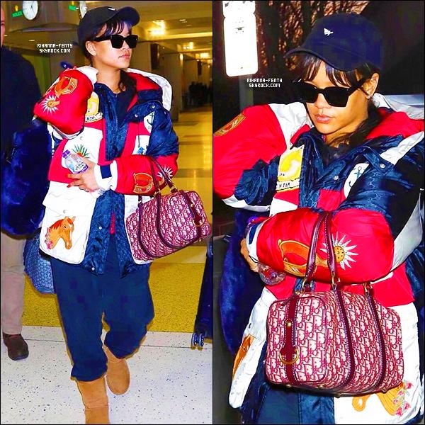 _ 21/01/2018  - Après Paris, puis ensuite Londres,  Rihanna a été photographié à l'aéroport de New York. Flop !