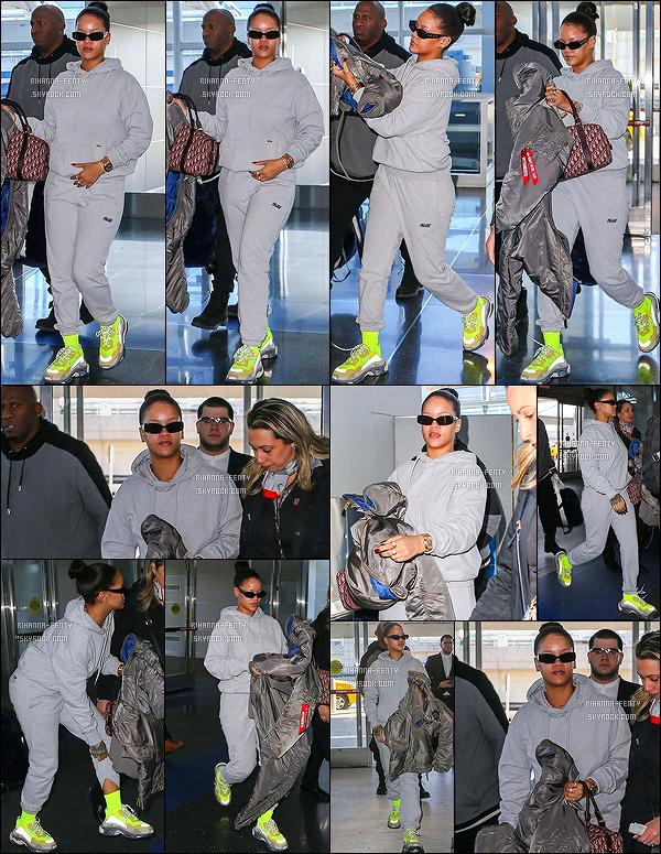 - 27/02/18 - Rihanna F. a été vu sans maquillage et en tenue de sport à l'aéroport John F. Kennedy à N-Y. Il a été annoncé il y a quelques jours par une source confidentiel que Rihanna serait sur le point de lancer sa marque de lingerie. Ravi ? -