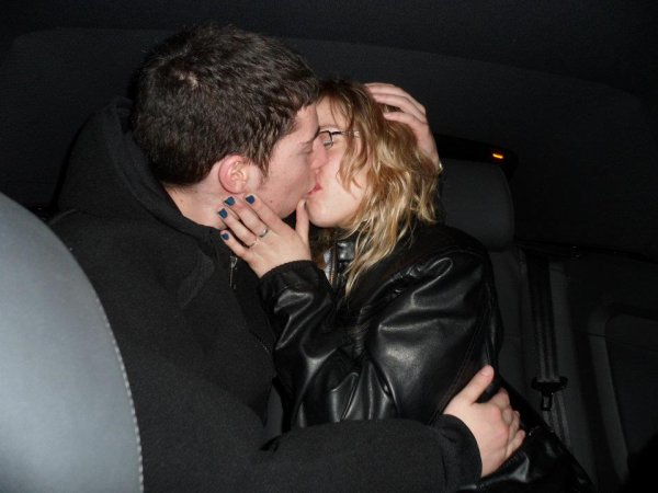 Pour qu'un baiser soit bon il faut qu'il signifie quelque chose, il faut qu'il vienne de quelqu'un qu'on peut pas se sortir de la tête, et de cette façon lorsque les lèvres se touchent, on le ressent partout. Un baiser si torride et si fort qu'on voudrait ne jamais reprendre sa respiration. On ne doit pas rater son premier baiser. Croyez-moi, vous le regretteriez. Parce que quand vous trouverez la bonne personne ce premier baiser, ce sera tout. ♥