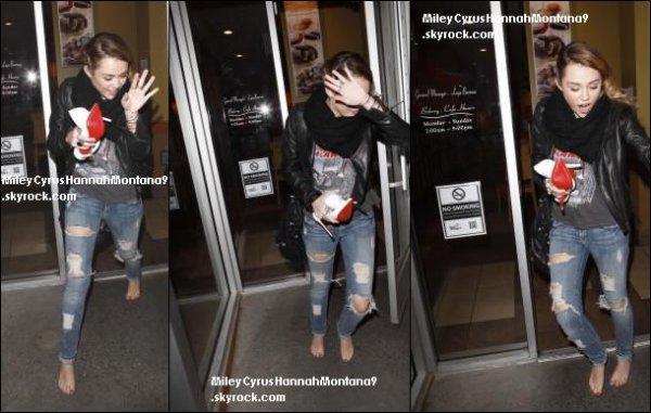3.12.11: Miley a été hier déjeuner dans un café . Côté tene c' est un bof mais j'adore ses chaussures blanches à talons ! / 01.12.11 Miley a été aperçu quittant le California Pizza Kitchen, Studio City . Côté tenue j' adore sa robe mais pas je ne suis pas fan du manteau et des chaussures . Ton avis ?