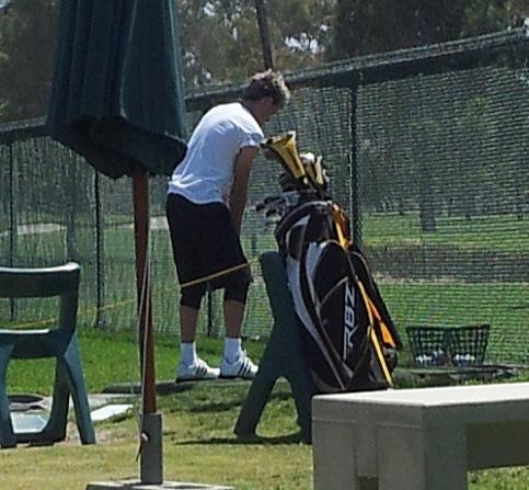Niall faisant du golf hier!