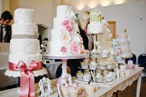 Pensez à vous rendre sur un ou deux salons du mariage pour piocher quelques idées de robes, de décoration et d'animations.