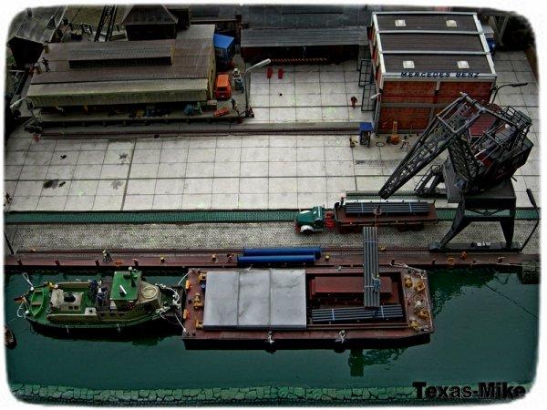 Hafen  Umschlag von Stahl