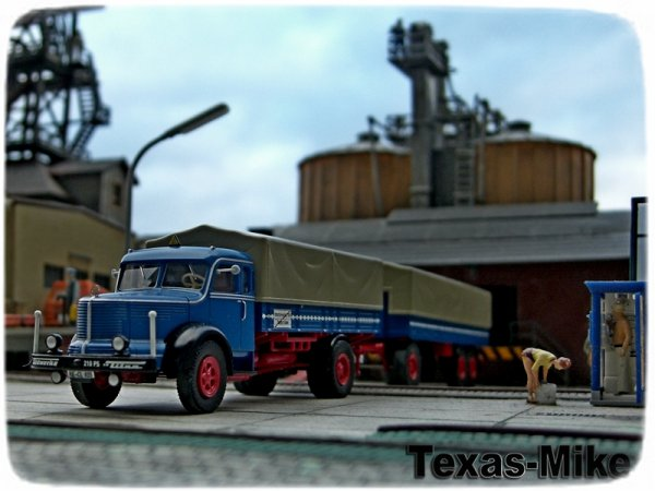 Brekina Krupp Titan SW L80 Pritschen-Hängerzug in blau und rot