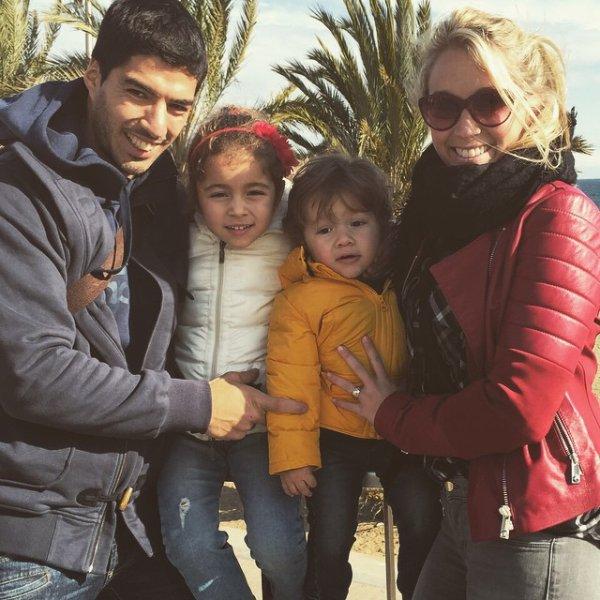 Luis Suarez & Sa Femme Sofia Balbi & Leur Enfant Delfina & Benjamin (Fc Barcelone )