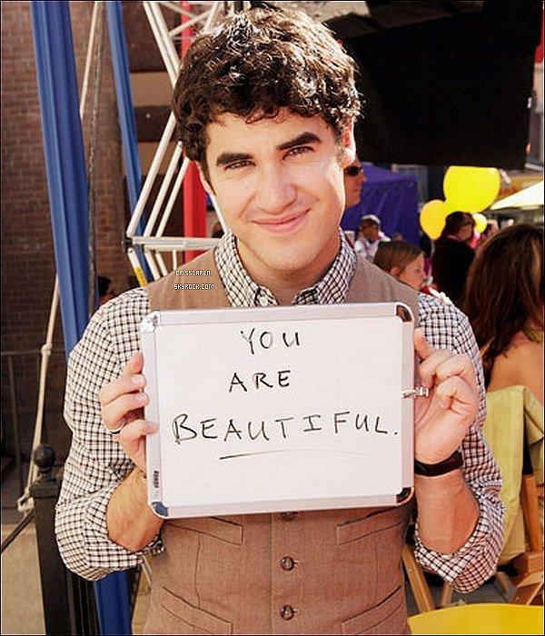 . 26/10/2011 - Darren et le cast au complet ont fêté les 300 performances musicales de Glee. .