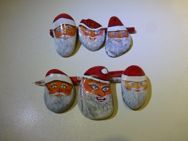 Père Noël sur petit cailloux.